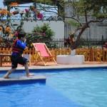 ninio-en-piscina